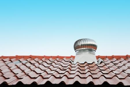 shingles: aire de ventilaci�n en el techo rojo al aire libre