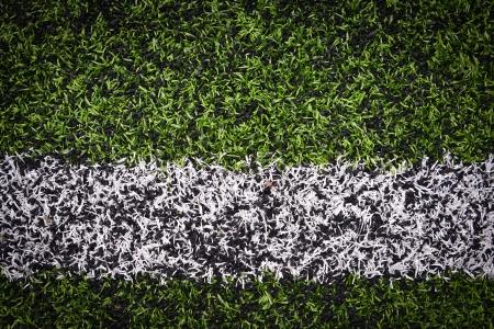 pasto sintetico: Foto de un campo de deportes de c�sped sint�tico verde con l�nea blanca dispar� desde arriba Foto de archivo