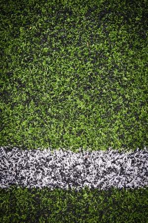 prato sintetico: Foto di un campo sportivo sintetico erba verde con riga bianca sparato dall'alto Archivio Fotografico