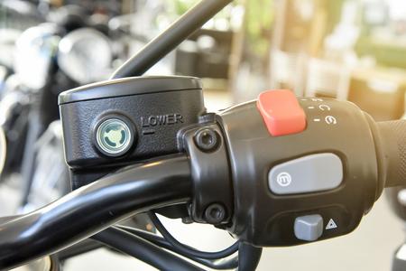 Cerca del contenedor del líquido de freno de la motocicleta, depósito del cilindro maestro del freno Foto de archivo - 80032438