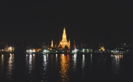Night View of WAT ARUN (TEMPLE OF DAWN) and Chao Phraya River, Bangkok, Thailand. Imagens