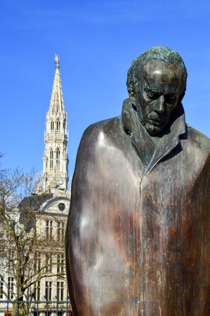pianista: Brussels, Belgium - April 2015: A statue of Hungarian composer and pianist Bela Bartok located at Place dEspagne (Spanish Square) near Grand Place in the center of Brussels, Belgium