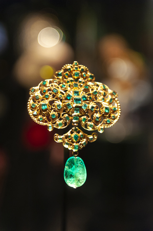 London, UK – April 2018: jewellery exhibition at The William and Judith Bollinger Gallery in Victoria and Albert Museum Éditoriale