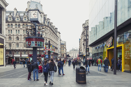 Londres, Reino Unido - abril de 2018: El suizo Glockenspiel, reloj independiente reconstruido por los relojeros Smith of Derby ubicado al oeste de Leicester Square en la ciudad de Westminster, en el centro de Londres.