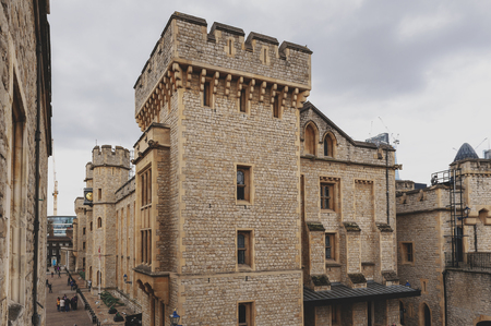 London, UK - April 2018: Waterloo Block building, venue for the Crown Jewels Exhibition, located in the inner ward area of Tower of London, a historic castle and popular tourist attraction by the River Thames in central London, England 新聞圖片