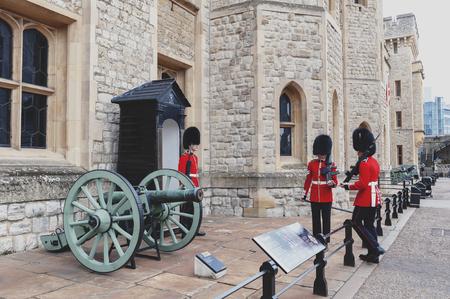 London, Großbritannien - April 2018: Der Wachposten des Juwelenhauses am Waterloo Block Gebäude, Veranstaltungsort für die Kronjuwelenausstellung, innerhalb des Tower of London, eines historischen Schlosses und einer beliebten Touristenattraktion an der Themse im Zentrum von London, England