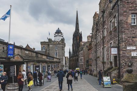 Edimburgo, Escocia - abril de 2018: Royal Mile, calle turística del casco antiguo de la ciudad de Edimburgo en Escocia, con Tron Kirk, antigua iglesia gótica, ahora funciona como The Hub, un lugar para varios eventos y festivales