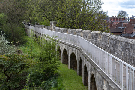 York, England - April 2018: Elevated walkway on York City Walls, (Bar Walls or Roman walls), ancient monument encircling historic City of York, England, UK Publikacyjne