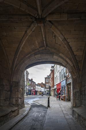 York, Anglia - kwietnia 2018: Droga pod Monk Bar, główne bramy lub bary murów miasta York, (ściany barowe lub mury rzymskie), prowadzące do starego miasta York, Anglia, Wielka Brytania Publikacyjne
