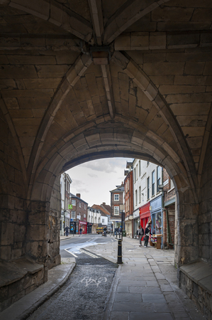 York, Inghilterra - aprile 2018: Strada transitabile sotto il Monk Bar, i principali corpi di guardia o le sbarre delle mura della città di York, (bar mura o mura romane), che portano alla città vecchia di York, Inghilterra, Regno Unito Editoriali