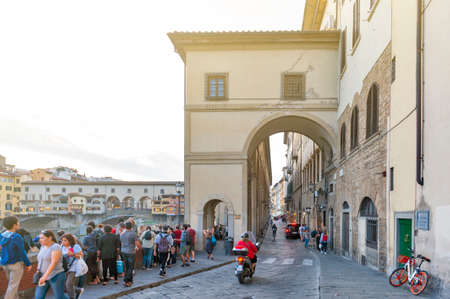 Florence, Italy - October 2019: Entrance to the Vasari Corridor, an elevated enclosed passageway along the Arno river bank from the Uffizi to the Ponte Vecchio in the city of Florence, Italy Редакционное
