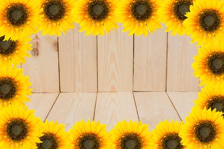 girasol: Marco de las herramientas y las flores del jardín. Girasoles amarillos en el fondo de madera.