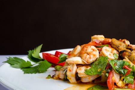 comida gourmet: picante de camarones, comida tailandesa.
