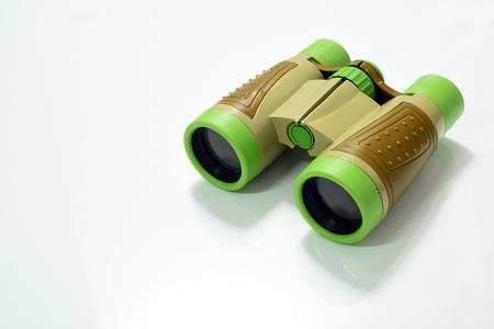 Juguete binocular de color verde y marrón aislado sobre fondo blanco Foto de archivo - 80578874