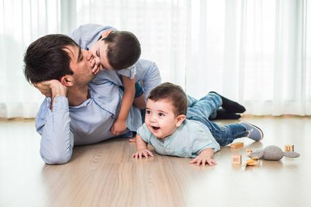 Concepto de familia, infancia, creatividad, actividad y personas - padre feliz y pequeño hijo Foto de archivo - 87645171