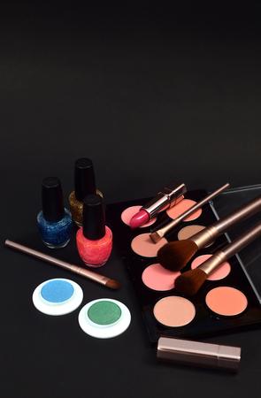 Conjunto de cosméticos decorativos sobre fondo negro Foto de archivo - 87651995