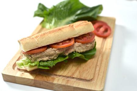 Foto de primer plano de sandwich con atún y verduras en pan de centeno sobre fondo de madera Foto de archivo - 91049207