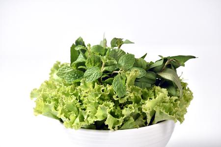 Verduras verdes frescas aisladas en blanco Foto de archivo - 91049218