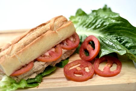 Foto de primer plano de sandwich con atún y verduras en pan de centeno sobre fondo de madera Foto de archivo - 90904730