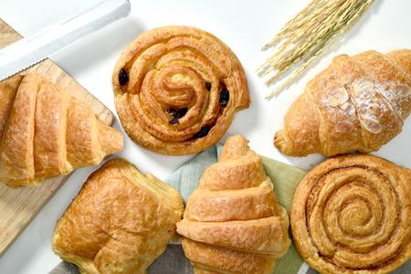 Pão caseiro ou pão no fundo de madeira, croissant folhado canela, café da manhã Foto de archivo - 90865894