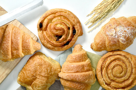 Homemade breads or bun on wood background, croissant puff cinnamon, breakfast food Banque d'images