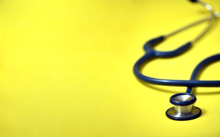 Estetoscopio azul sobre fondo amarillo. Para chequear el corazón o el concepto de chequeo de salud Foto de archivo - 92842642