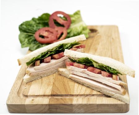 Club Sandwich on wood Chopping board Foto de archivo - 102948632