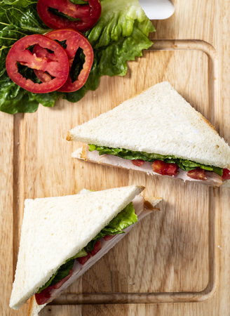 Club Sandwich on wood Chopping board Foto de archivo - 102946595