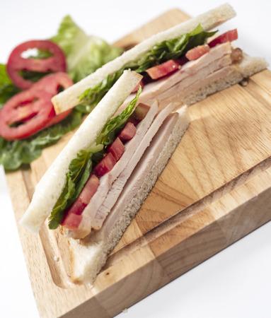 Club Sandwich on wood Chopping board Foto de archivo - 102931924
