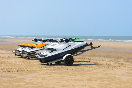 moto acuatica: barcos de jet ski estacionados en los remolques en la playa