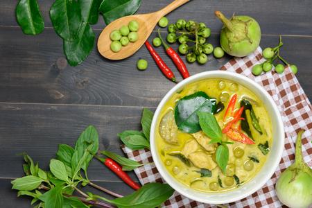 茶色のテーブル クロスと木製の背景トップ ビューで、タイの郷土料理野菜 (カン Keaw Wan 街) 鶏肉のグリーン カレー