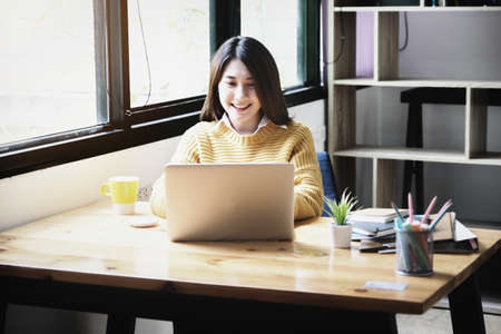 freelance concept,female using computers to design work as ordered by customers. Banque d'images