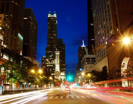 夜にシカゴのダウンタウンにミシガン アベニュー。