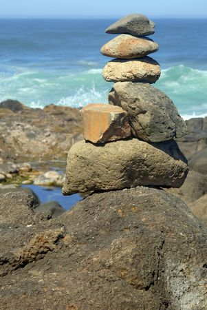 Balanced rock stack near the Pacific Ocean. Banque d'images