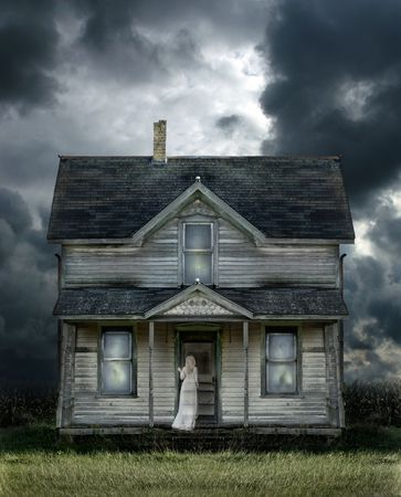 Ghost op de veranda van een oude boerderij, tijdens een storm. Stockfoto