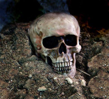 SPOOKY cráneo humano en la oscuridad.  Foto de archivo - 3111483