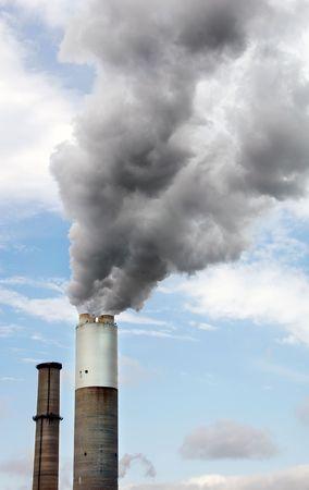 Schoorsteen van een elektrische krachtcentrale billowing rook.