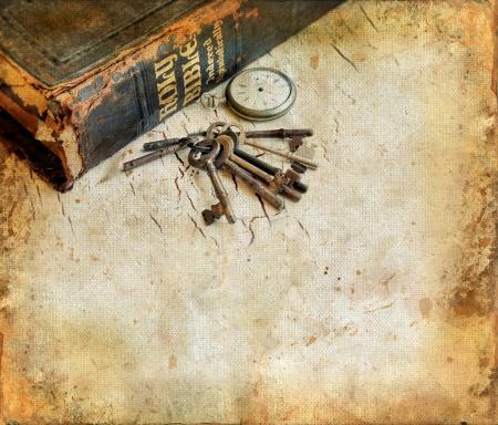 biblia: A�ada Biblia con POCKETWATCH y llaves en un grunge de fondo con espacio para su propio texto.