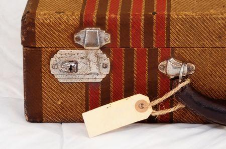 reiste: Vintage Koffer mit einem leeren Kofferanh�nger oder Etikett vorzeigen.