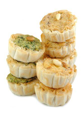 다양 한 종류의 작은 치즈 전채 흰색 배경에 쌓아.