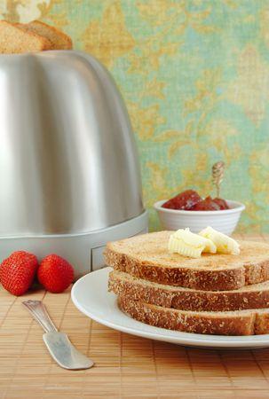 Vers gemaakte toast en boter op een witte plaat met aardbeien en jam.  Stockfoto - 4782215