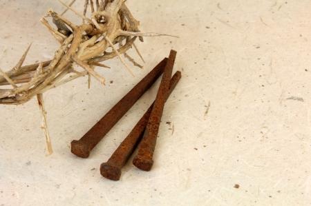 �pines: Couronne de Thorns avec pointes m�talliques sur arri�re-plan textur�.