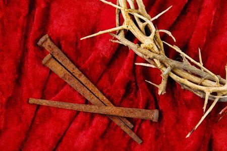 espigas: Corona de espinas con p�as de metales sobre fondo rojo.
