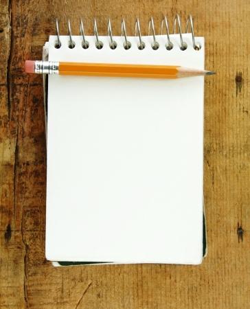 hacer: Lápiz sobre la almohadilla pequeña de papel en blanco para el texto.