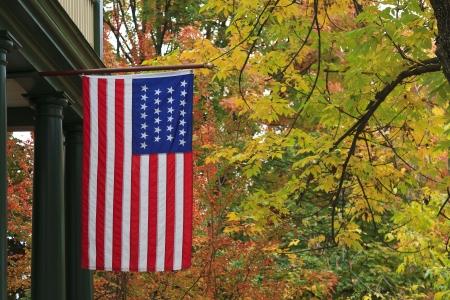 banderas americanas: Colgante de la bandera americana en la temporada de oto�o Foto de archivo