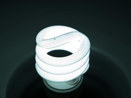 Koud Wit Licht : Energiebesparende compacte fluorescerende lamp geïsoleerd op een