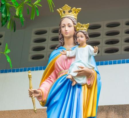 vaderlijk: halve lengte Heilige Maagd Maria standbeeld traditie in Thailand Stockfoto