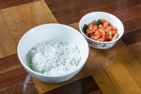 paquet: cooked rice on bowl and many vegetable fried at brown paquet floor Stock Photo