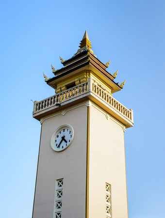 horloge ancienne: vieille tour de l'horloge antique asie sur le ciel bleu