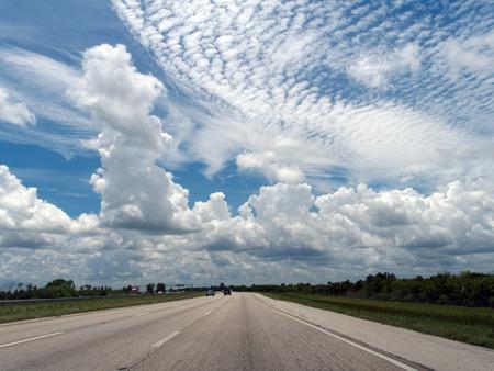 cielos abiertos: Caminos abiertos y cielos azules en la carretera de la Florida